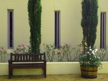 乡下房子外在门面有柏和flowerbe的 免版税库存图片