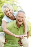 乡下有夫妇的乐趣成熟 免版税库存照片