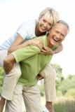 乡下有夫妇的乐趣成熟 免版税库存图片