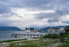 乡下有山的轮渡码头 免版税库存照片