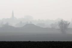 乡下有雾的村庄 库存照片