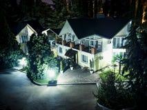 乡下村庄在晚上在森林公园 库存图片