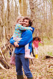 乡下步行的父亲运载的女儿 免版税库存图片