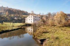 乡下的秋天风景:老非工作的watermill n 库存照片