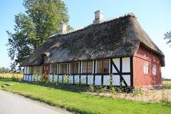 乡下的醒目的木房子在丹麦在夏天 免版税库存图片
