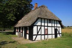 乡下的醒目的木房子在丹麦在夏天 图库摄影