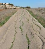 乡下破裂的老路 库存照片