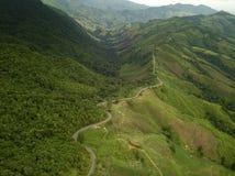 乡下路鸟瞰图在山的 库存图片