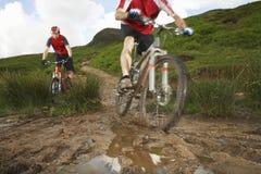 乡下轨道的骑自行车者 免版税库存照片