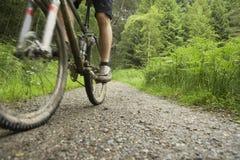 乡下轨道的骑自行车者 图库摄影