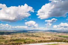 乡下风景鸟瞰图在晴天 免版税库存照片