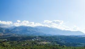 乡下 谷、村庄和山的看法在距离在多云平衡的希腊,海岛克利特 库存图片