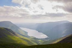 乡下cumbria地区英国湖吃草绵羊春天英国 免版税库存图片