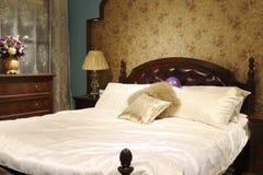 乡情床和内阁在卧室 免版税库存照片