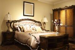 乡情床和内阁在卧室 库存图片