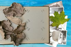 乡情概念 回忆录 打开葡萄酒与空白页的象册书与拷贝空间 免版税库存图片