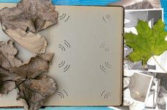 乡情概念 回忆录 打开葡萄酒与空白页的象册书与拷贝空间 图库摄影