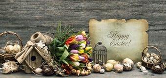 乡愁复活节装饰,鸡蛋,郁金香开花 免版税库存图片