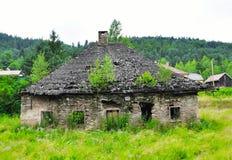 乡愁离开了有树的被破坏的房子在屋顶,斯洛伐克 库存照片