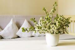 乡村模式的客厅 在白色罐的樱桃花在木桌上 仍然1寿命 库存照片