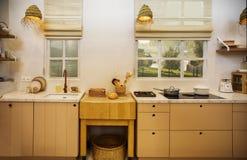 乡村模式的木厨房 免版税库存图片
