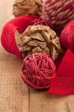 乡村模式,民间艺术圣诞节装饰品和黄麻丝带 免版税库存照片
