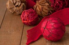 乡村模式,民间艺术天然纤维在土气木头的圣诞节装饰品 免版税库存图片