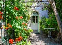 乡间别墅的典型入口 库存照片
