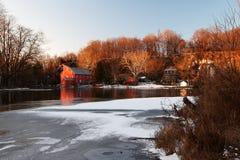 -乡-结冰的克林顿红色磨房 免版税库存照片