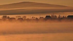 乡间别墅和河雾的 股票录像