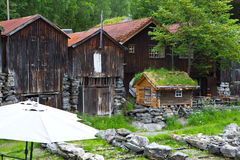 乡间别墅在村庄在挪威变老 库存照片