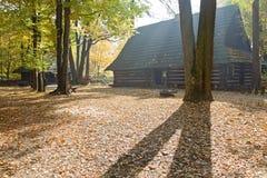 乡间别墅在秋天 免版税库存照片