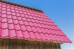 乡间别墅的屋顶用金属屋顶盖 图库摄影