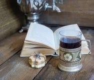 书、曲奇饼和茶在沿海航船在木背景 免版税库存照片