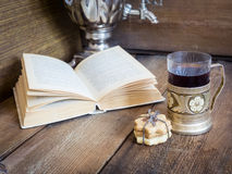 书、曲奇饼和茶在沿海航船在木背景 库存照片