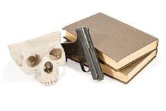 书、枪和头骨 库存照片