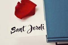 书、红色玫瑰和文本Sant霍尔迪 免版税库存图片