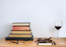 书、纸和笔和酒 免版税图库摄影