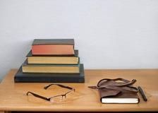 书、纸和笔 图库摄影