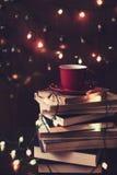 书、茶和圣诞灯 免版税库存图片