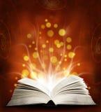书。 与魔术光的被开张的魔术书。 Educatio 免版税库存照片