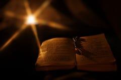 书交叉祷告 免版税库存图片