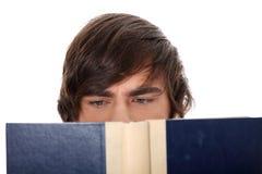 书人读取年轻人 免版税图库摄影