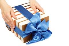 书作为礼物。堆书在女性手上。 库存照片