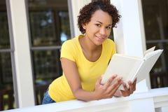 书俏丽的读取妇女 库存照片
