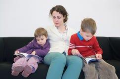 书儿童母亲读了沙发