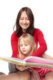书儿童母亲读取微笑 库存图片