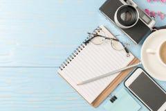 书写在与葡萄酒照相机的空白的笔记本 库存图片