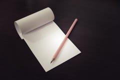 书写放置在空白的便条纸,创造性的工作,文字,图画概念 库存图片