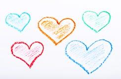 书写用不同的颜色的拉长的心脏在白皮书 免版税图库摄影